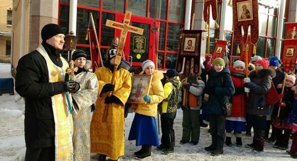 Дети прошли крестным ходом к могиле Ксении Петербургской