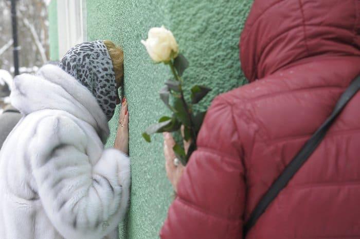Сильный снегопад не помешал тысячам верующих прийти к могиле Ксении Петербургской
