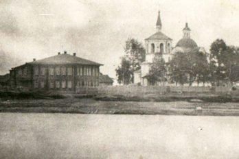 Школа и Крестовоздвиженский собор Нарыма вид с Большой протоки. Начало XX века