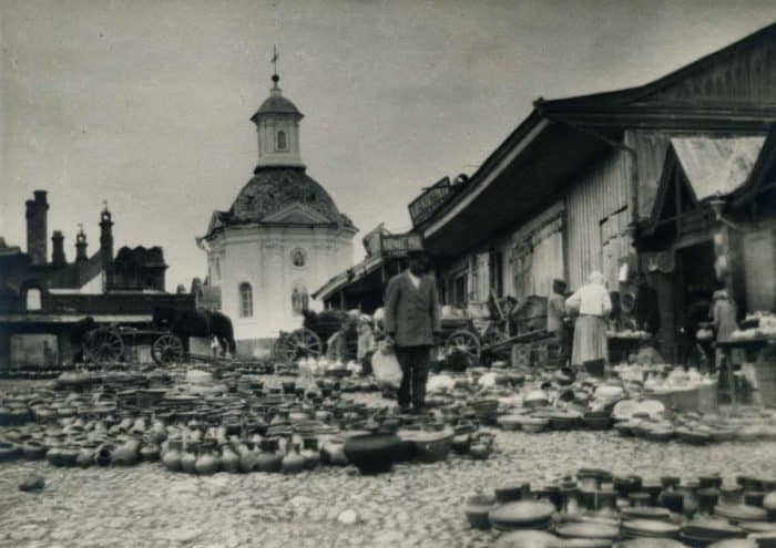 Редкие кадры Троице-Сергиевой Лавры: торговые ряды у стен монастыря и сандалии преподобного Сергия