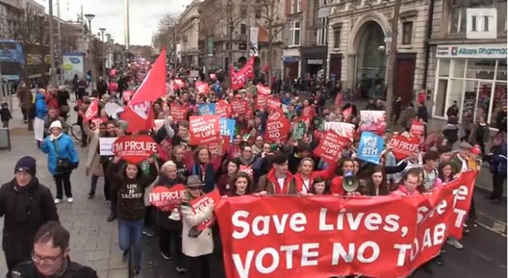 Десятки тысяч дублинцев поддержали действующий в Ирландии запрет абортов