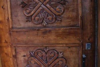 Дверь храма - резьба по дереву (работа о. Евгения)