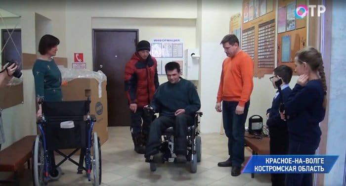 Жители костромского поселка на личные средства купили земляку-инвалиду электроколяску