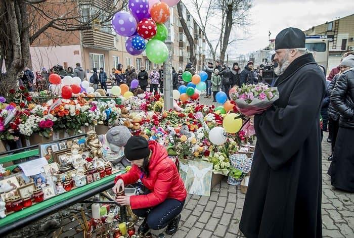 Глава Кузбасской митрополии помолился о жертвах пожара в Кемерово на месте трагедии