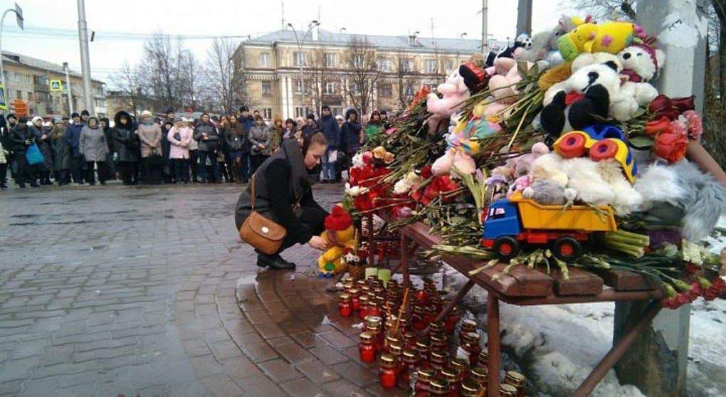 Священники стараются поддержать родителей детей, без вести пропавших на пожаре в ТЦ Кемерово