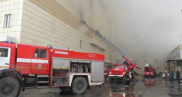 Священники помогают пострадавшим при пожаре в торговом центре в Кемерово