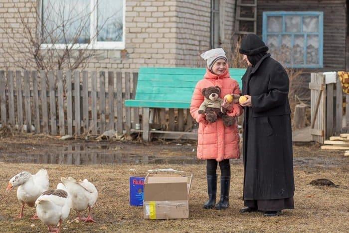 Монахини добрались до таежных сел, чтобы поздравить детей с Пасхой