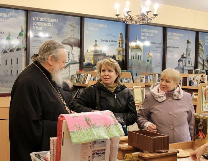 Епископ Балашихинский Николай подарил пассажирам Павелецкого вокзала книги о Пасхе