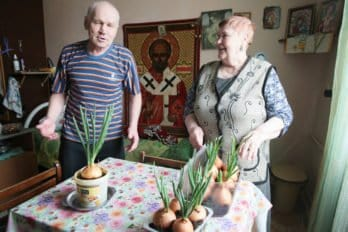 Это муж и жена, живут в отдельной комнатке, в которой они создали поистине домашний уют. Даже мебель у них по-настоящему домашняя, как тот шкаф с посудой. На досуге они занимаются тем, что выращивают огород на подоконнике - лучок и прочая зеленушка.