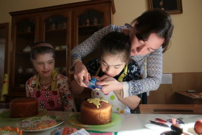 Девочки Елизаветинского детского дома готовятся встретить Пасху