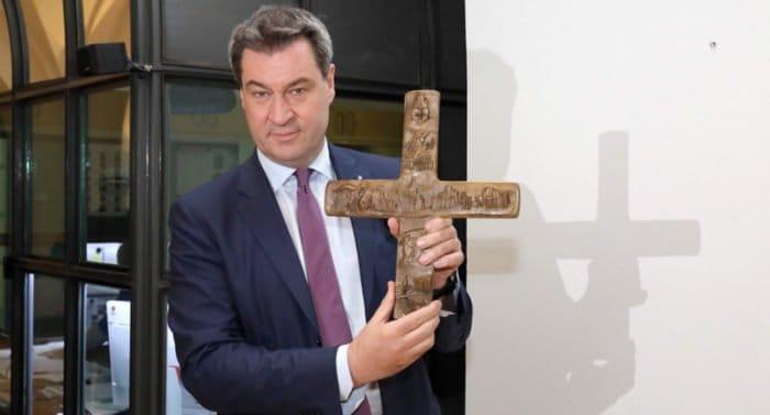 У всех административных зданий Баварии рекомендовали установить кресты