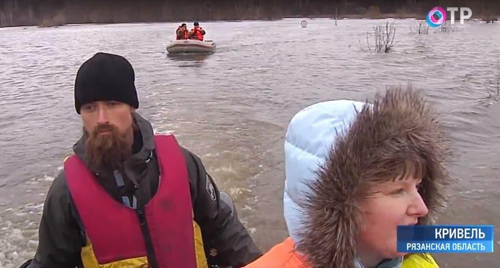 Рязанские монахи организовали переправу через разлившуюся реку