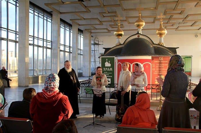 На Белорусском вокзале спели и поговорили о Пасхе