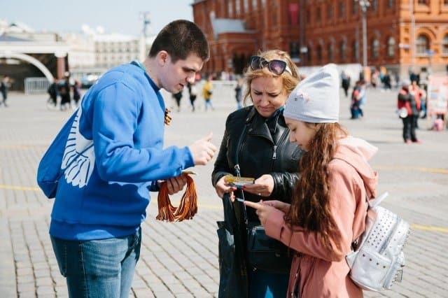 По всей стране волонтеры начали раздавать Георгиевские ленточки