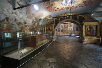 В храме царевича Димитрия можно увидеть те самые носилы, в которых он перенесен был в Москву