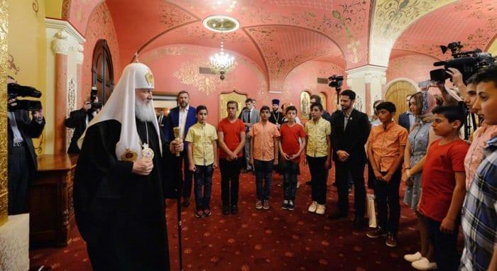 Патриарх Кирилл пожелал детям военных, погибших в Сирии, помнить подвиг родителей