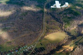 Ультралегкий самолет летит над Белорецким районом Республики Башкортостан