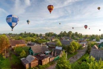 Воздушные шары на окраине города Великие Луки Псковская область