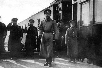 1916 г. Цесаревич Алексей с отцом выходят из вагона Императорского поезда