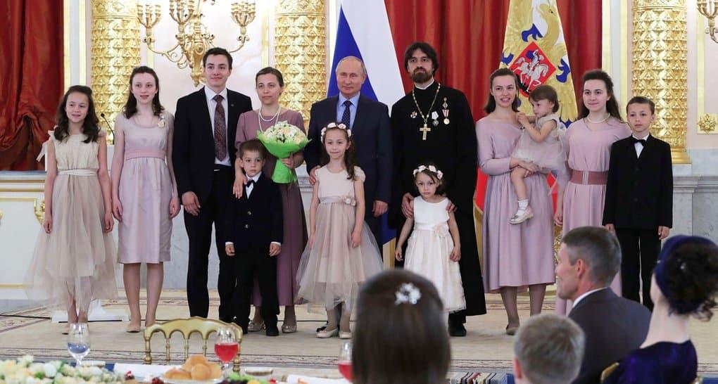 Семьи многодетных священников получили президентские награды