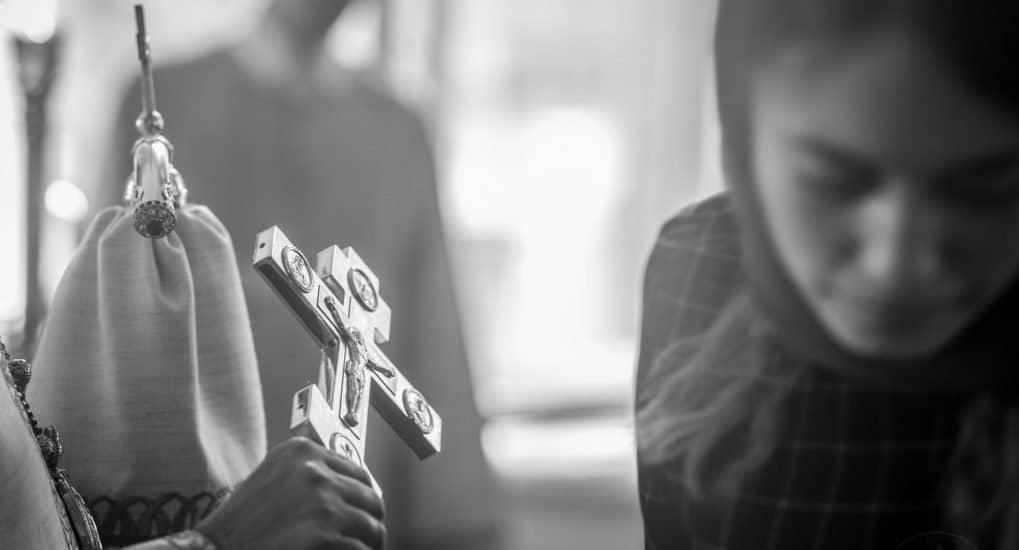 Можно ли некрещеному человеку присутствовать на службе и ставить свечки?