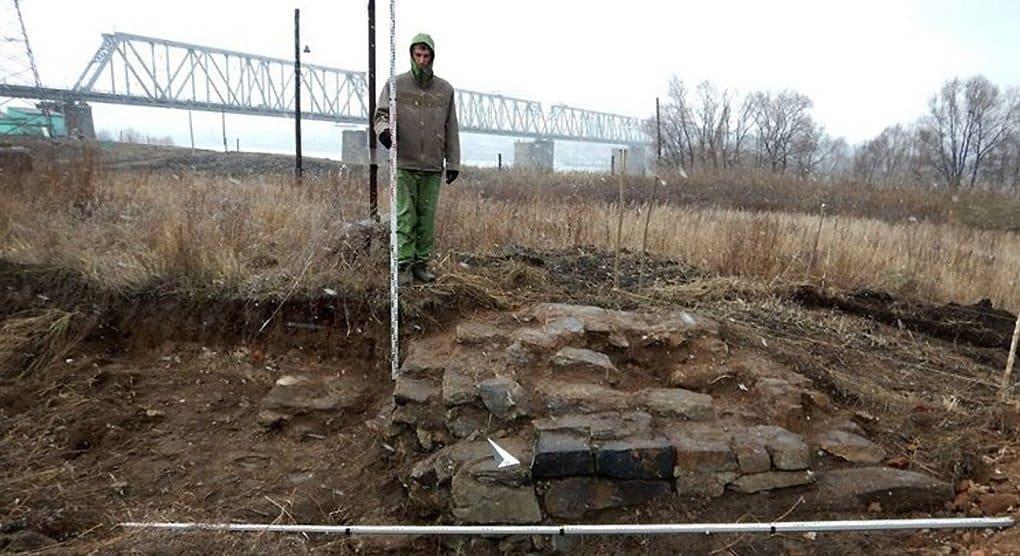 Фундамент храма и кладбище нашли при строительстве моста через Обь