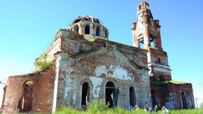 В полуразрушенном храме на Урале совершили первую за 80 лет Литургию