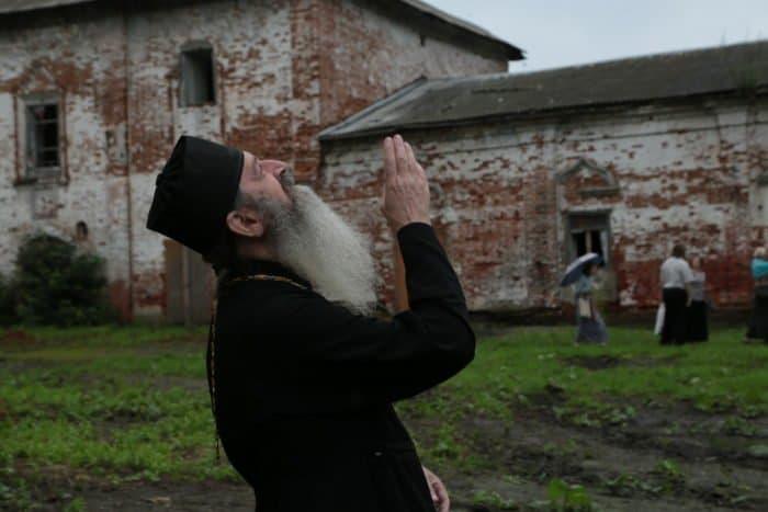 Молитва вместо трактора: в полуразрушенном храме Курбы совершили Литургию