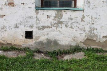 Здесь была печь, которая обогревала пол в храме. Сейчас вход заложен, но его очертания можно увидеть