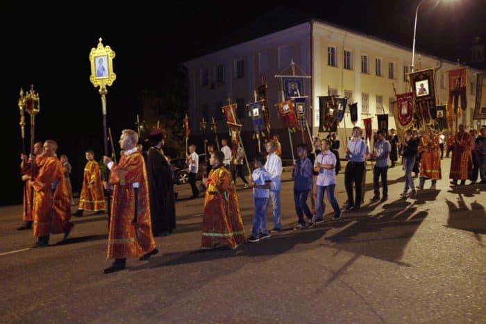 Царская семья вернулась в Саров