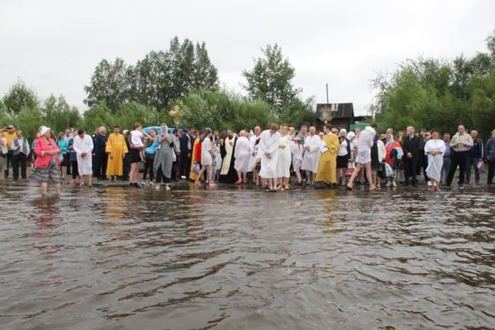 Архиепископ Якутский Роман за день крестил в реке более 100 человек