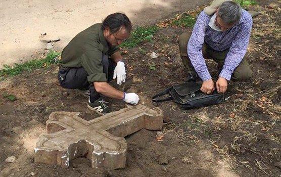 Мраморный крест нашли в столичном парке на месте бывшего монастыря