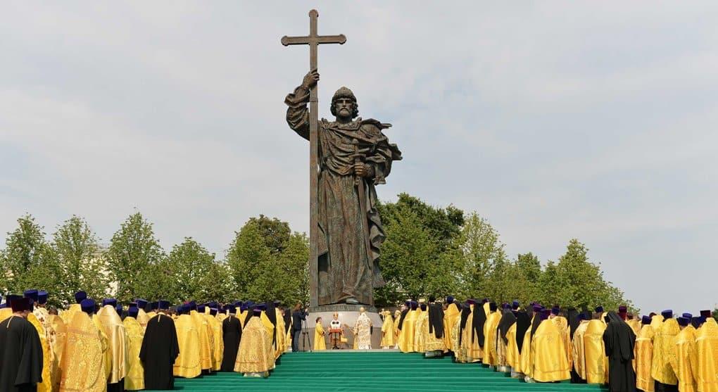 Патриархи Феодор II и Кирилл возглавили молебен у памятника князю Владимиру