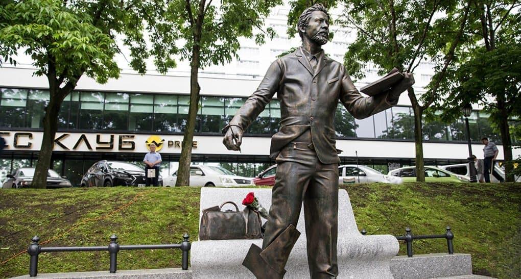 В день города во Владивостоке открыли памятник Антону Чехову