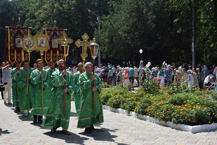 Детский парк Симферополя украсил памятник Петру и Февронии