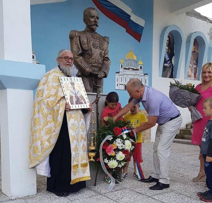В 12 регионах России и 3 странах возложили цветы к памятникам Николаю II