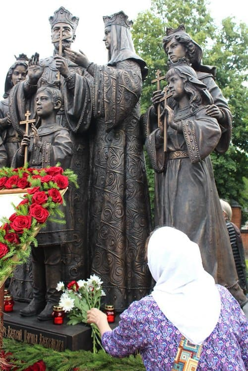 У Серафимовского собора Кирова открыли памятник Царской семье