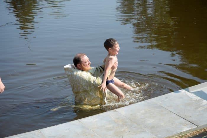 100 и даже больше. Массовое крещение в реке Чусовая