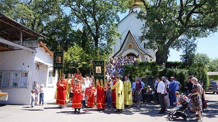 Добровольцы «Союз Маринс Групп» восстанавливают святыни и помогают на Патриарших службах