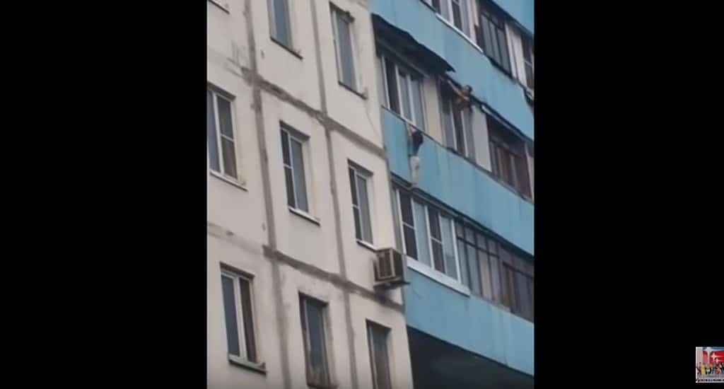 Мужчина спас девочку, повисшую на балконе