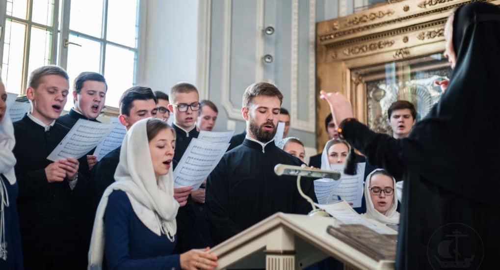 Какие молитвы не разрешается петь с певчими на литургии?