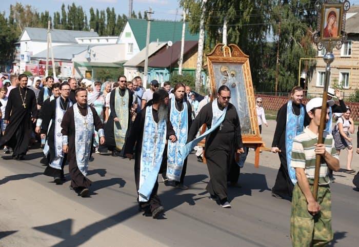 От храма до реки: состоялся крестный ход с Карандеевской иконой Богородицы