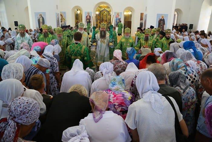 Первую Литургию совершили в возрождающемся Успенском соборе Саровской пустыни