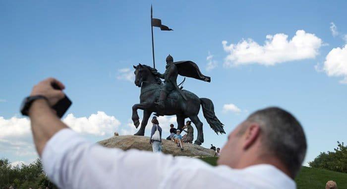 Памятник святому богатырю Илье Муромцу открыли в Киеве
