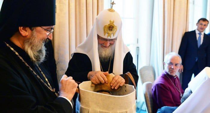 Известные артисты поблагодарили патриарха Кирилла и митрополита Ювеналия за заботу о животных