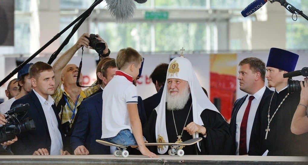 Патриарх Кирилл подарил нательный крестик мальчику-инвалиду