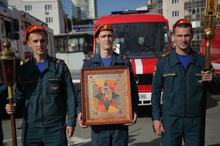 """В день иконы """"Неопалимая Купина"""" на Урале освятили новую противопожарную технику"""