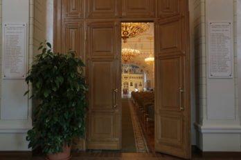 На досках у входных дверей в зал перечислены имена участников Собора. Половина участников Собора пострадала во время гонения на Церковь, а каждый десятый причислен к лику святых