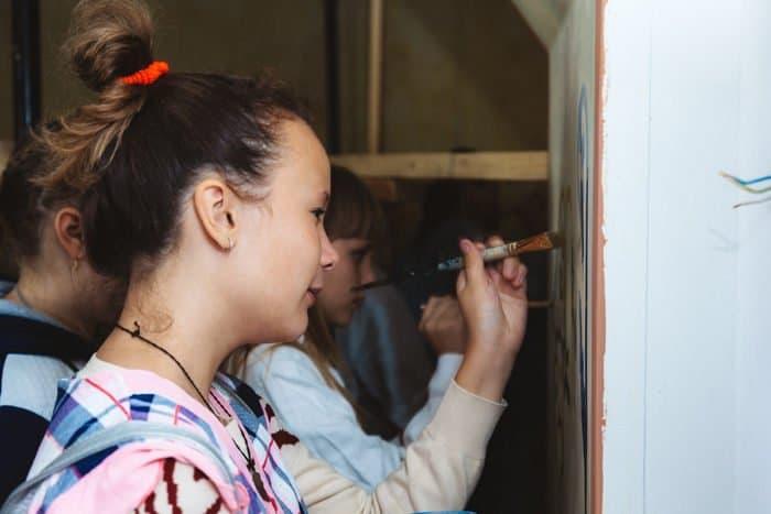 Астраханские школьники приняли участие в мастер-классе по росписи стен храма