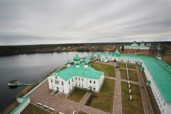 Вид на монастырь Александра Свирского с колокольни. Вблизи - Преображенская часть, а вдали - Троицкая